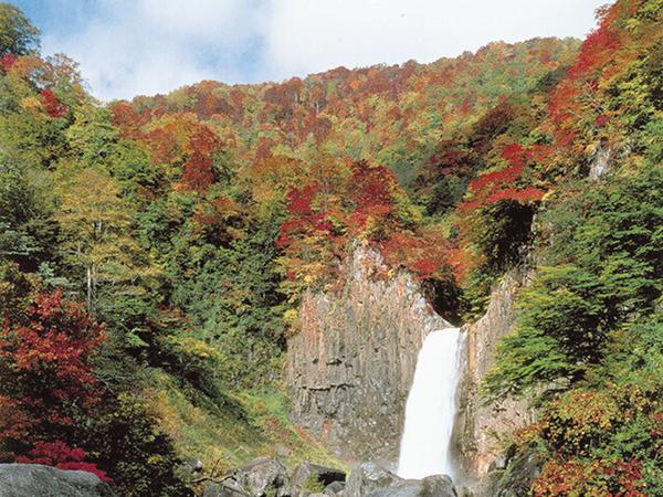 天空の紅葉散歩と苗名滝